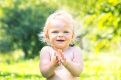 一个快乐的微笑的小孩女婴的画象 图库摄影