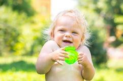 一个快乐的微笑的小孩女婴的画象 免版税库存照片