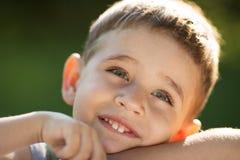 一个快乐的男孩的特写镜头画象 免版税库存图片