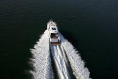 一个快速的快艇航行在海 库存图片