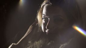 一个性感的女孩的特写镜头面孔有长的睫毛的 股票视频