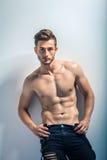 一个性感的肌肉赤裸上身的人的画象 免版税库存照片