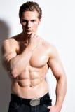 一个性感的肌肉年轻人的画象 库存照片
