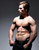 一个性感的肌肉年轻人的画象 库存图片