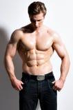 一个性感的肌肉年轻人的画象 免版税库存照片