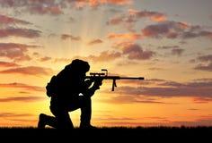 一个恐怖分子的剪影有步枪的 库存图片