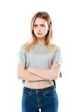 一个恼怒的失望的女孩身分的画象 免版税图库摄影