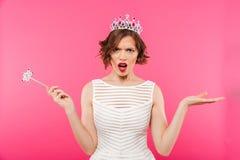 一个恼怒的女孩佩带的冠的画象 免版税库存照片