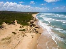 一个惊人地美好和偏僻的海风景的空中照片 免版税库存图片