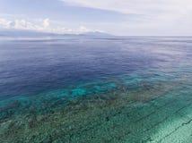 从一个惊人地美好的海风景的飞行寄生虫的顶视图空中照片 免版税库存照片