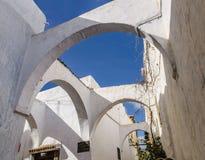 一个惊人的城市在摩洛哥,拉巴特,麦地那,狭窄的街道,交织通过哪些成拱形天空被看见 库存图片