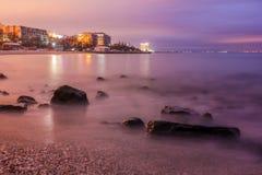 一个惊人的多岩石的海滩的长的曝光在黄昏的傲德萨 免版税库存照片
