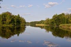 一个惊人的湖和森林的照片 免版税库存图片