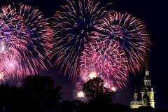 一个惊人的火节日 庆祝 多彩多姿的天空 美好的致敬 航行猩红色 彼得Pavel& x27; s堡垒 库存照片