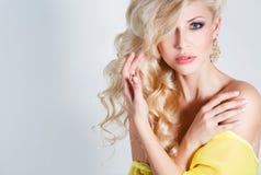 一个惊人的秀丽金发碧眼的女人的演播室画象 库存照片
