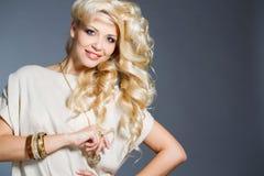 一个惊人的秀丽金发碧眼的女人的演播室画象 免版税图库摄影