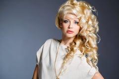 一个惊人的秀丽金发碧眼的女人的演播室画象 免版税库存照片