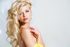 一个惊人的秀丽金发碧眼的女人的演播室画象 库存图片
