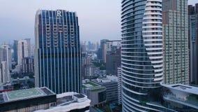 一个惊人的风景的天线在一个城市的有现代摩天大楼和企业的 在一个被开发的镇的顶视图与 图库摄影