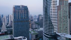 一个惊人的风景的天线在一个城市的有现代摩天大楼和企业的 在一个被开发的镇的顶视图与 免版税库存照片