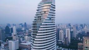 一个惊人的风景的天线在一个城市的有现代摩天大楼和企业的 在一个被开发的镇的顶视图与 库存照片
