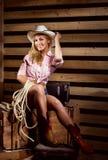 一个愉快和性感的女牛仔在谷仓 库存图片