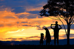一个愉快的五口之家的剪影人、母亲、父亲、婴孩、孩子和婴儿(妇女prenancy) 图库摄影
