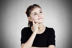 一个愉快的作白日梦的小女孩的画象 免版税库存照片