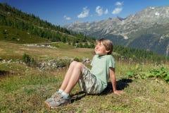 一个愉快的六个年男孩在sunlights眨眼睛 免版税图库摄影