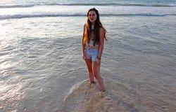 一个愉快的十几岁的女孩在海 免版税库存照片