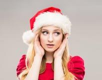 一个愉快的十几岁的女孩的画象圣诞节帽子的 免版税库存照片