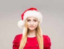 一个愉快的十几岁的女孩的画象圣诞节帽子的 图库摄影