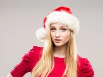 一个愉快的十几岁的女孩的画象圣诞节帽子的 免版税库存图片