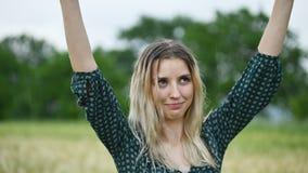 一个愉快的可爱的白种人白肤金发的女孩的特写镜头画象有湿头发的在自然的雨期间室外在a 股票录像