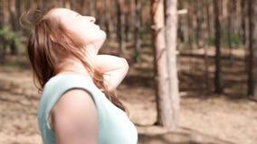 一个愉快的女孩在森林里走 股票录像