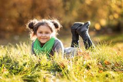 一个愉快的女孩在秋天森林里走 图库摄影