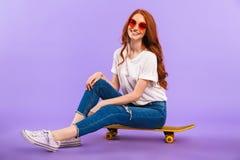一个愉快的女孩的全长画象太阳镜的 免版税库存照片