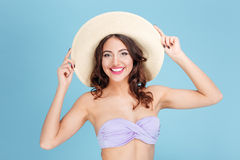 一个愉快的女孩的特写镜头画象海滩帽子的 免版税库存图片