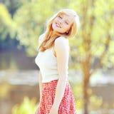 一个愉快的女孩的画象户外在公园 免版税库存图片