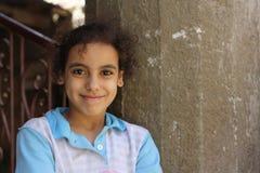 一个愉快的女孩的画象街道的在吉萨棉,埃及 库存图片