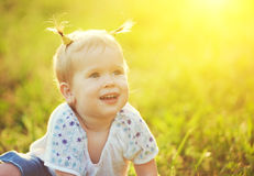 一个愉快的女婴的面孔在自然夏天 免版税图库摄影