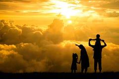 一个愉快的家庭、母亲、父亲、婴孩、孩子和婴儿(妇女prenancy)的剪影 免版税库存照片