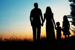 一个愉快的家庭的剪影有孩子的 免版税库存照片