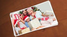 一个愉快的家庭的图片在圣诞节期间的 免版税库存照片