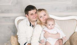 一个愉快的家庭的画象:母亲、父亲和岁孩子 免版税图库摄影