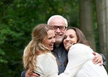 一个愉快的家庭的画象与父亲和两个女儿的 库存图片
