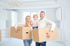 一个愉快的家庭移动向一栋新的公寓 库存照片