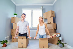 一个愉快的家庭获得乐趣在一栋新的公寓在家 库存照片