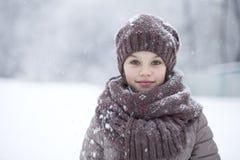一个愉快的小女孩的画象冬天pa的背景的 免版税图库摄影