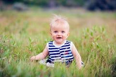 一个愉快的小女孩的画象在公园 图库摄影